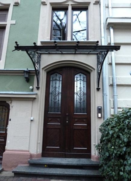 أبواب خشبية.